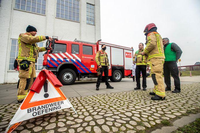 Oefening voor officieren van dienst van de brandweer bij de Cacaofabriek in Helmond. Helemaal rechts Robert Bevers.