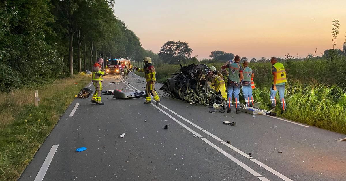 Bestuurder uit auto bevrijd door brandweer na zwaar ongeluk in Wilp.