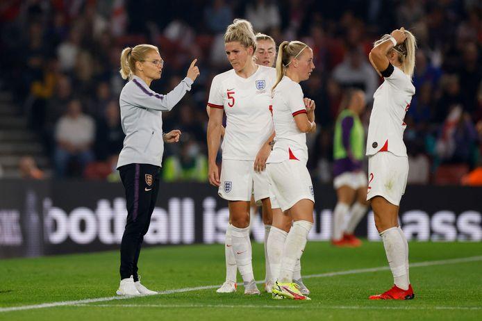 Sarina Wiegman in gesprek met enkele Engelse speelsters.