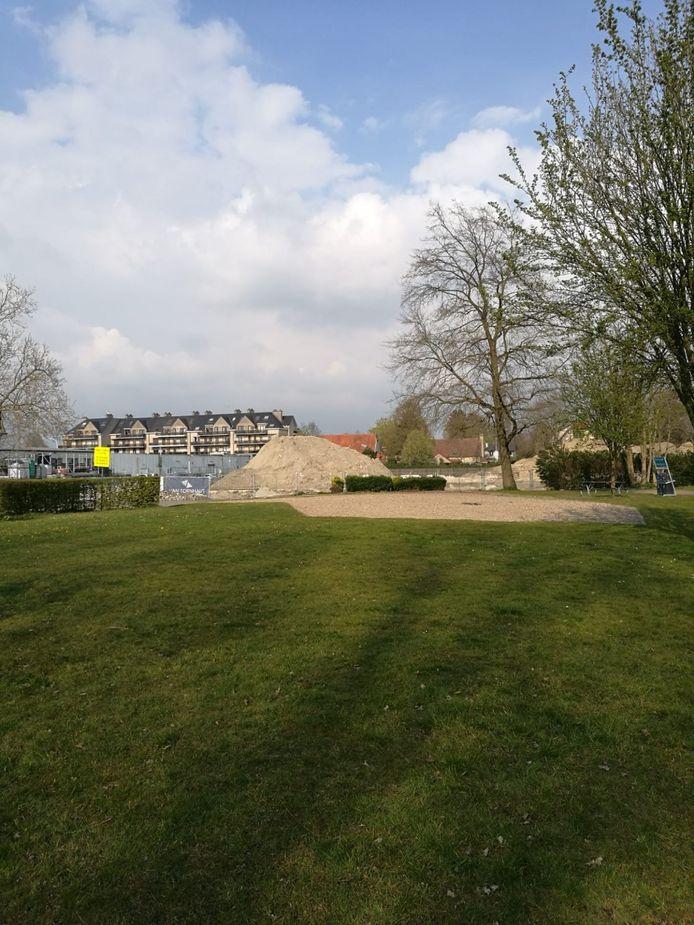 De speeltuin in Park ter Beuken werd om veiligheidsredenen weggenomen, maar er komen nieuwe speeltuigen.