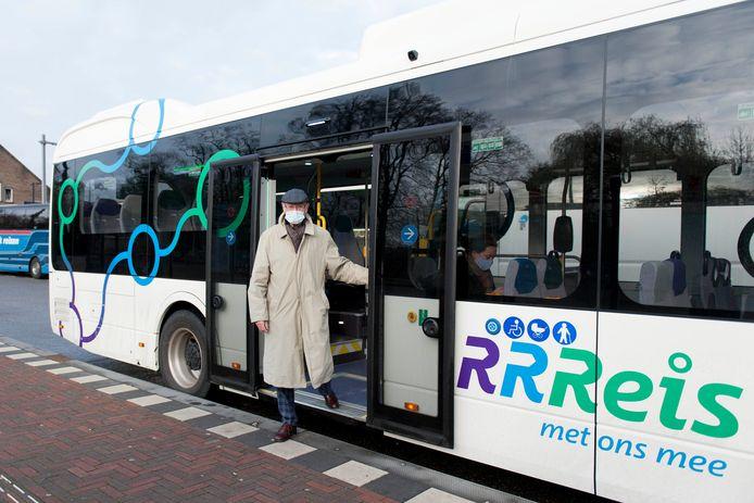 Een van de nieuwe elektrische bussen bij het station van Deventer.