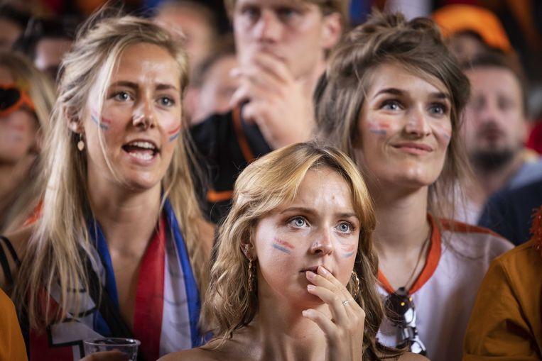 Fans in Amsterdam kijken vol spanning naar de achtste finale.  Beeld ANP