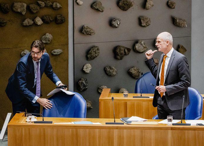 Staatssecretaris Steven van Weyenberg (Infrastructuur en Waterstaat, links) en demissionair minister Stef Blok (Economische Zaken en Klimaat) tijdens het tweeminutendebat in de Tweede Kamer over de toekomst van Tata Steel.
