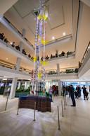 Een 13 meter hoog kunstwerk van Iris Hagel siert de centrale hal.