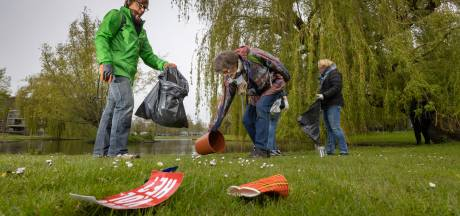 Kamper Vogelgroep ruimt stadspark op: flesjes, snoepwikkels, potten en spijkerplank