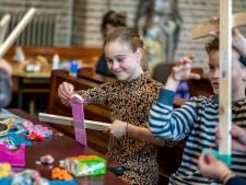 Huissense kinderen maken palmpaasstokken: 'Het brengt wat leven in deze tijd'