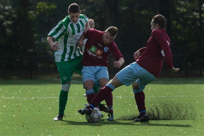 Björn Boerstal (links) in duel met Jelle Apeldoorn en Pelle Gerretzen van SC Westervoort.