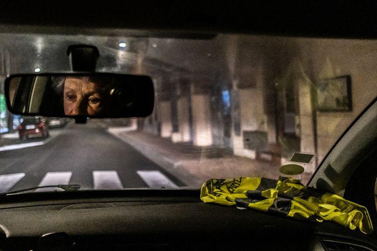 Catherine Pons in de auto onderweg naar een rotonde waar ze met een groep Gele Hesjes ieder weekend staan.  Beeld Joris Van Gennip