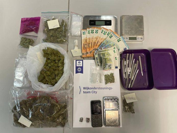 De politie kon een aardige vangst buitmaken aan materiaal, cash geld en drugs.