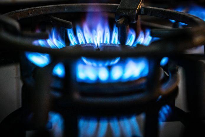 Een brandend gasfornuis. De prijzen voor energie zoals stroom en gas zullen vanaf 2022 flink omhoog gaan.