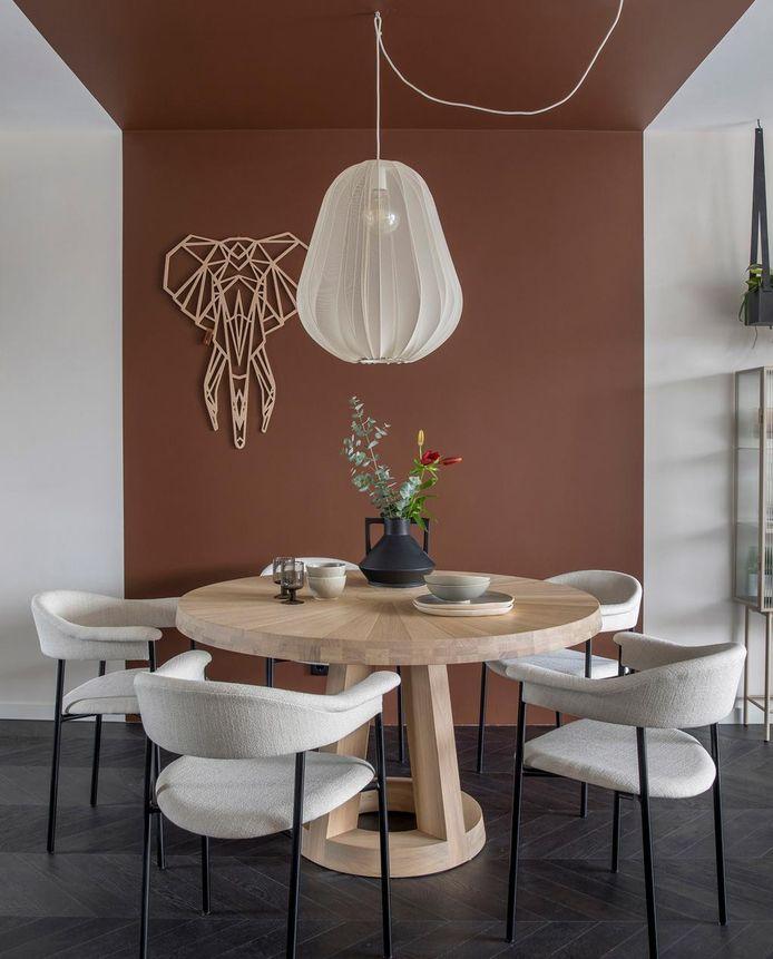De kleur op de muur is doorgetrokken op het plafond. Weer verliefd op je huis aflevering 4 seizoen 14. Styling: Eva van de Ven.