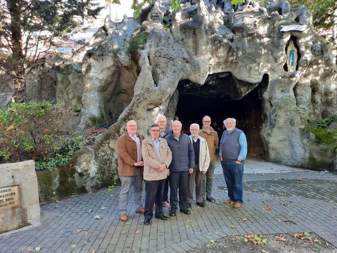 De dekenij van Kortrijk zal voortaan de Lourdesgrot in de Veldstraat open houden. Er is een werkgroep opgestart met van elke parochie een vertegenwoordiger in.