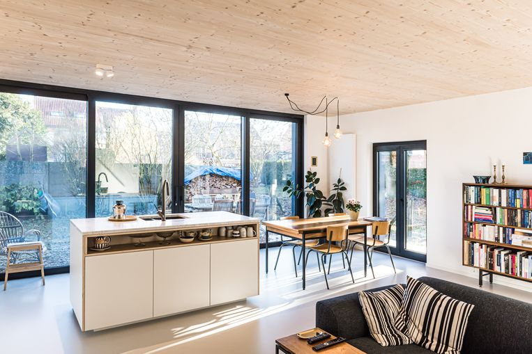 Door verschillende tussenmuren te slopen, ontstond een moderne open leefruimte met keuken, eettafel en zithoek.  Beeld MarbleMoon