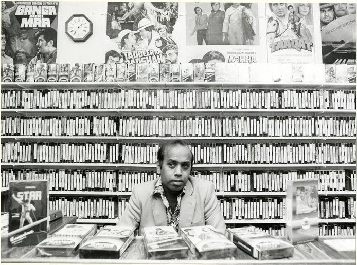 Videotheekbaas John Rambali die, als een van de eerste, zijn filmwinkel al in 1972 begon.
