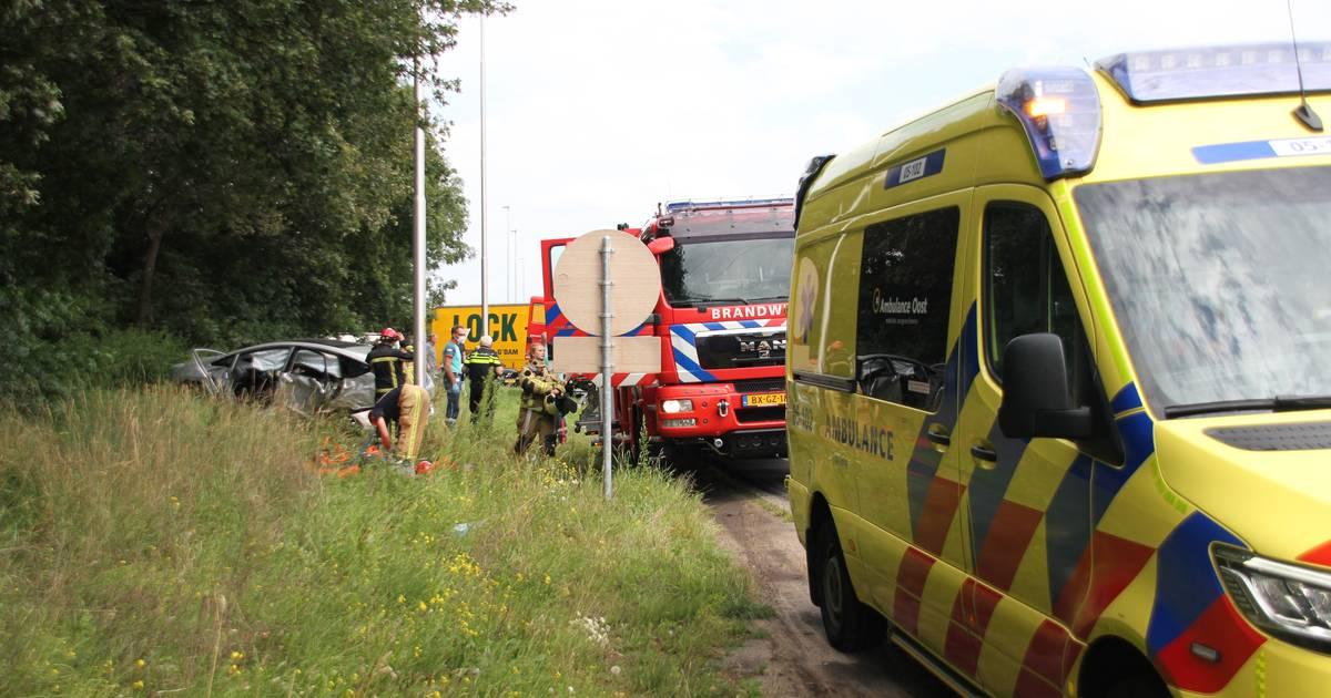 Brandweer bevrijdt inzittenden uit auto na botsing met vrachtwagen langs A1 bij Holten.