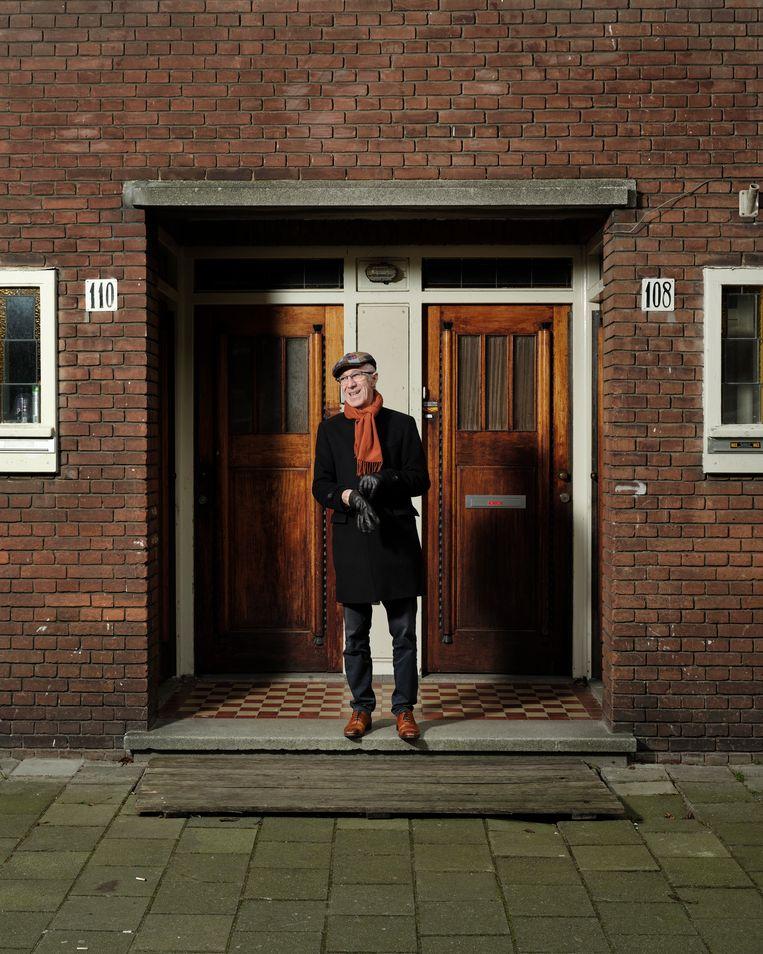 Raymond van het Groenewoud bij het huis van zijn oma in de Amsterdamse Rivierenbuurt. Beeld Erik Smits