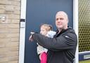 Ron Verwei met dochter Zoë. Hij heeft een slimme deurbel, een Ring. Ook die maakt opnames van wat er voor de deur gebeurt.
