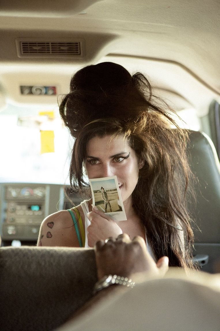 Amy Winehouse in april 2007 met een foto van haar toenmalige vriend Blake Fielder-Civil. Beeld Jennifer Rocholl