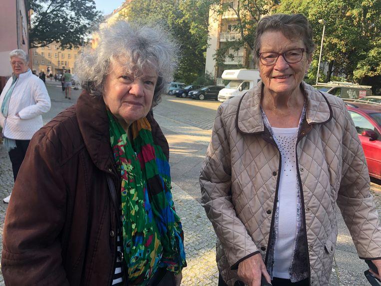 De Berlijnse stemmers Renate Kallaydiv (links) en Ursula Kliche: 'Het belangrijkste is dat de AfD niet groter wordt.' Beeld Kim Deen