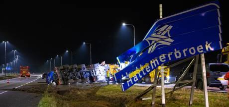 Vrachtauto verliest duizenden liters mest op A50 bij Hattem, berger Wim: 'Een smerig klusje'