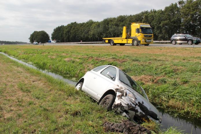 De auto eindigde in een sloot langs de A1 bij Bathmen.