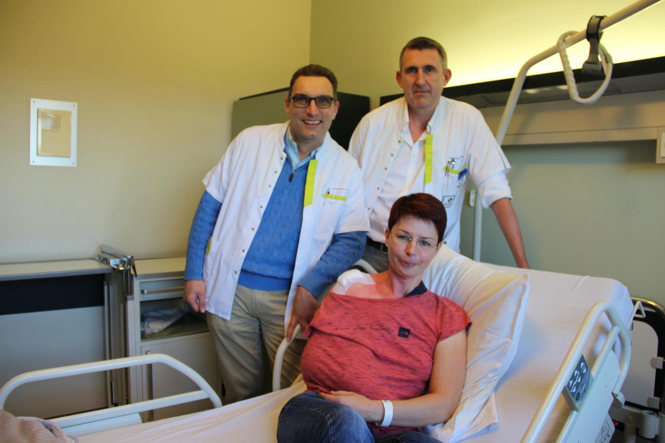 Anesthesist Harald Verschueren bracht Nathalie Lebrun onder hypnose terwijl chirurg Olivier Fabre aan schouder opereerde.