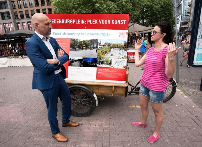 Wethouder Victor Everhardt hoort van Jolanta van Helten welke kunstwerk wat haar betreft een plek krijgt op het Vredenburg.