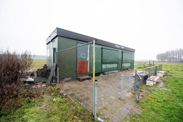 Het gebouwtje van de Hammer Model Vliegclub ligt afgelegen. Vandalen kunnen  in alle rust hun gang gaan.