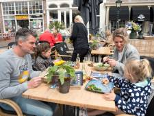 Terrassen in Zeeland snel vol: 'Al gaat het sneeuwen, dan nog blijven wij hier zitten'