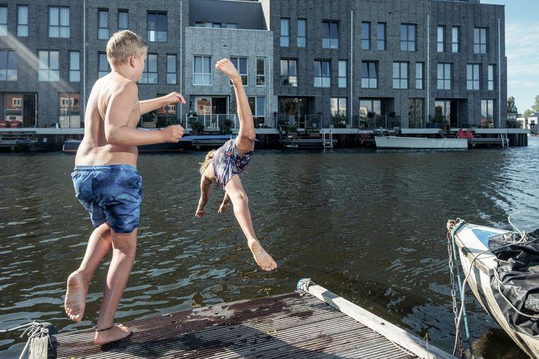 Zwemmen in oppervlaktewater in en rond Amsterdam wordt op dit moment afgeraden in verband met de grote toevloed van water uit riooloverstorten, een gevolg van de lokaal soms zeer hevige regenval. Beeld Jakob Van Vliet