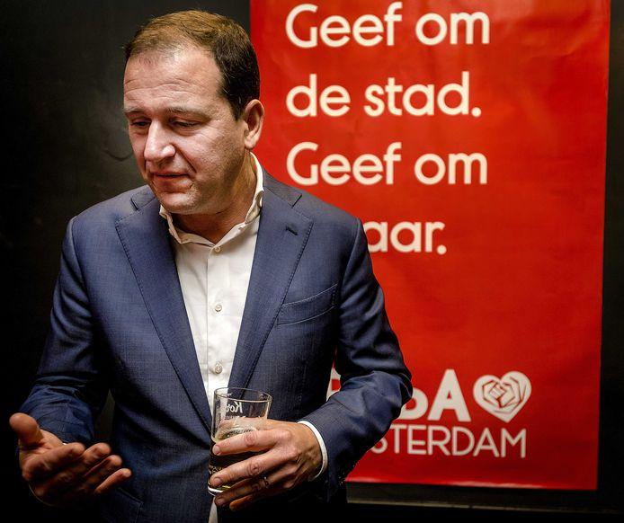 PvdA-leider Lodewijk Asscher vindt sinds deze week dat de AOW-leeftijd minder hard moet stijgen. In het vorige Kabinet verdedigde hij de huidige stijging daarvan nog.