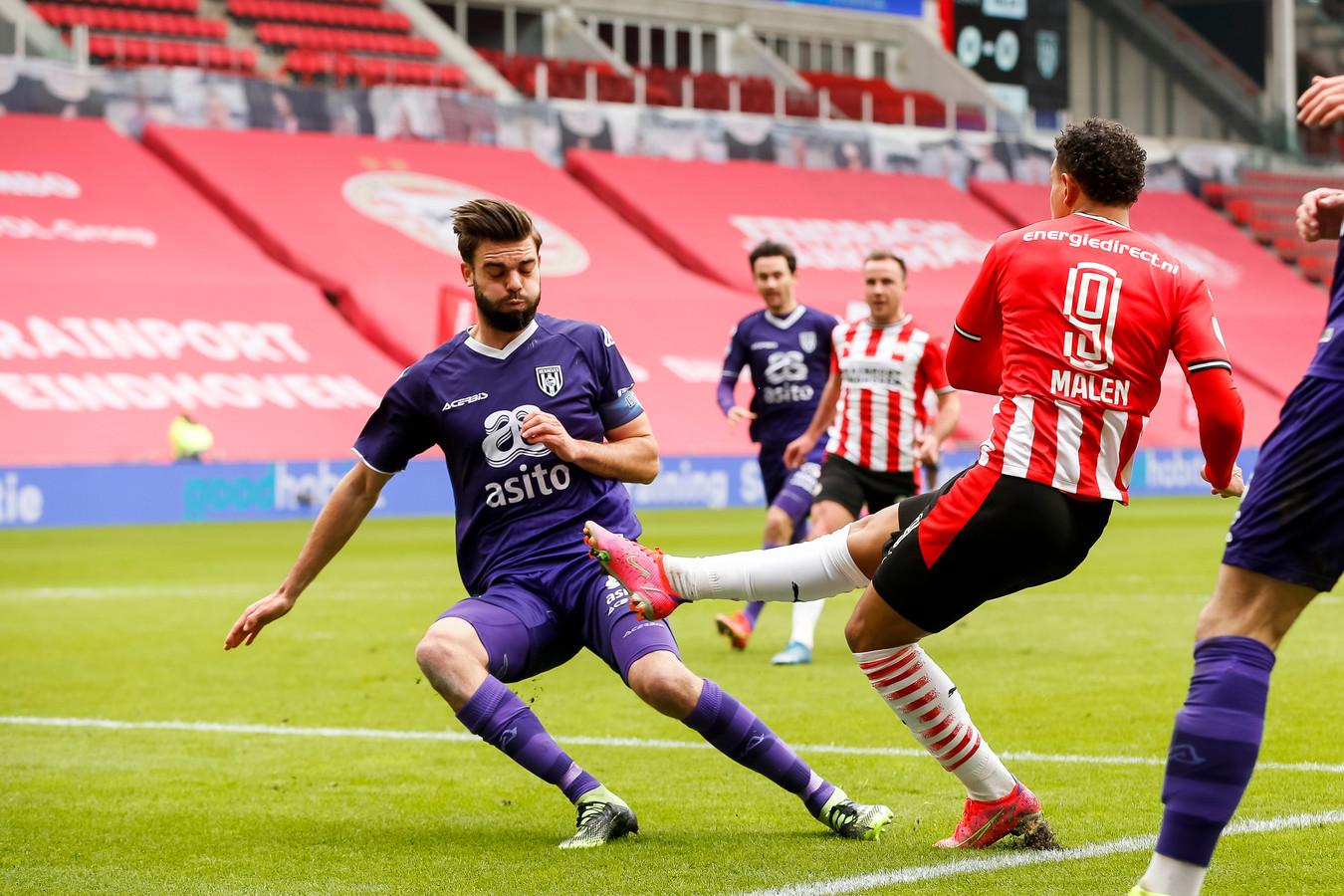 Heracles-aanvoerder Robin Pröpper (links) probeert de 1-0 nog te voorkomen, maar slaagde daar niet in.