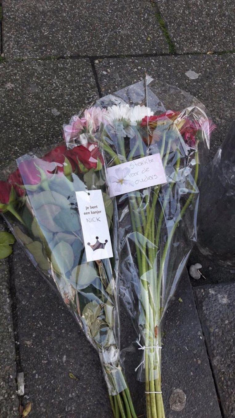 Bloemen in Zaandam op de plek van de steekpartij. Beeld AD
