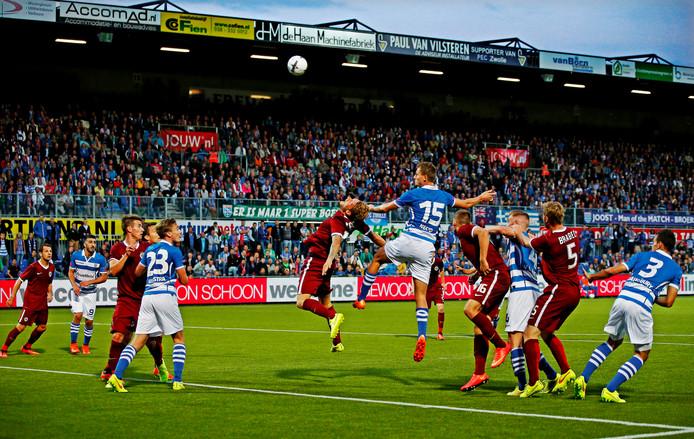 Hectiek voor de goal als Tomas Necid met een kopbal het doel van Sparta Praag onder vuur neemt.