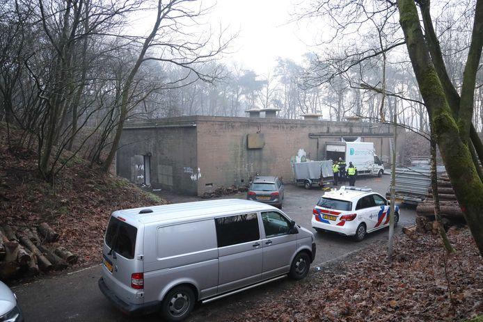 Politie bij de bunker in Arnhem waar in de nacht van Oud op Nieuw een illegaal feest werd beëindigd.