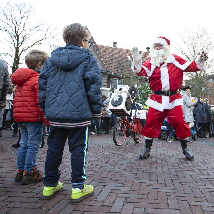 De kerstman in Geesteren. Zaterdag is hij het opnieuw bij.