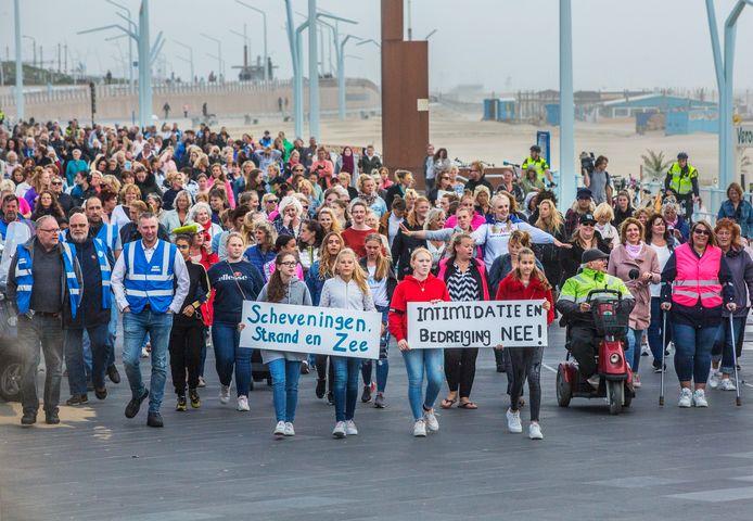 Demonstratie van Scheveningse vrouwen tegen intimidatie op de boulevard