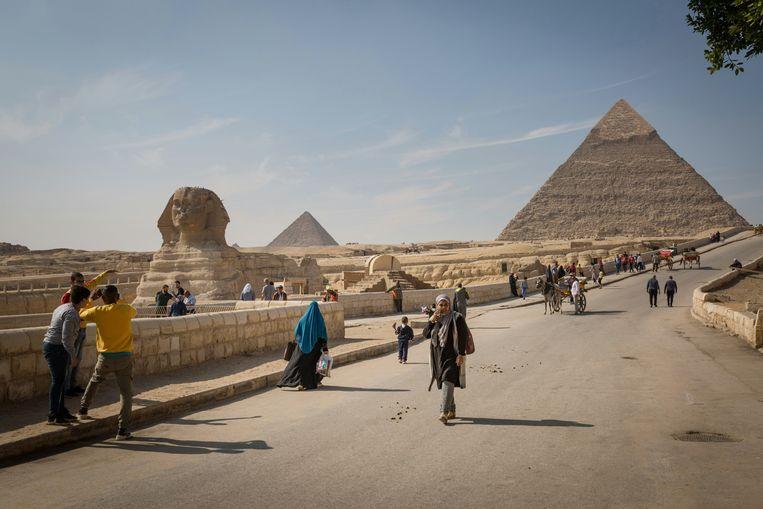 De sfinx en de piramides van Gizeh in Egypte. Ondanks de recente archeologische vondsten is het toerisme verschrompeld. Beeld NYT/SIMA DIAB