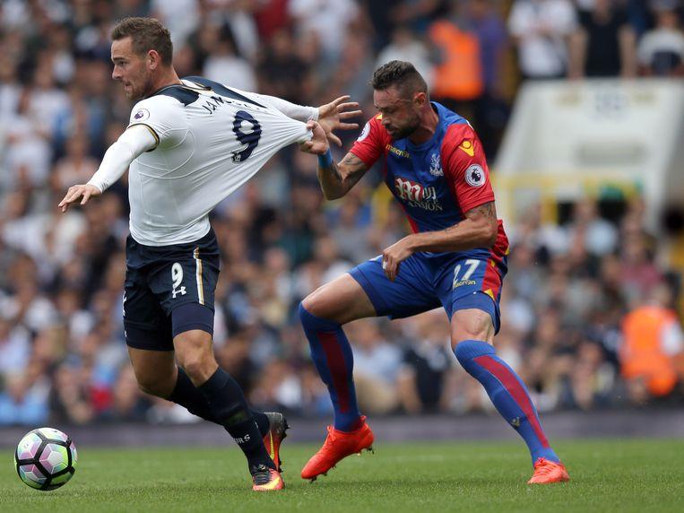 Delaney probeert Janssen (Tottenham) op nogal ostentatieve wijze af te stoppen. Beeld AP