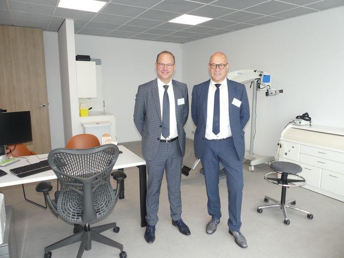 Christophe Mouton en Jan Blontrock in één van de consultatieruimtes van het Medisch Centrum in Aalter.