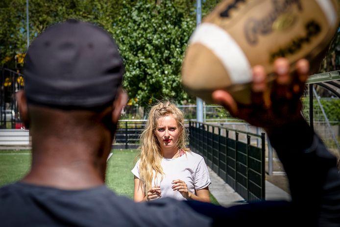 Nikki luistert naar de trainer.