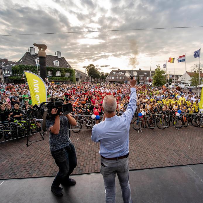 Startschot door Roosendaalse wethouder van sport Rene van Ginderen, is de officiele opening na het voorstellen van de ploegen op het Kadeplein van 35ste Nationale Jeugdronde. Foto: Tonny Presser/Pix4Profs