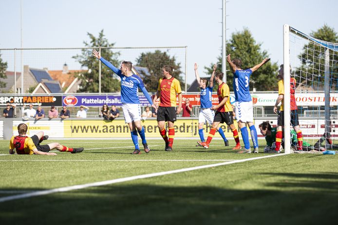 Gaat de bal dit seizoen nog rollen in het amateurvoetbal? De KNVB hoopt van wel.