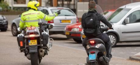 Snorfietser rijdt op hoge snelheid langs politiewagen en wordt gepakt