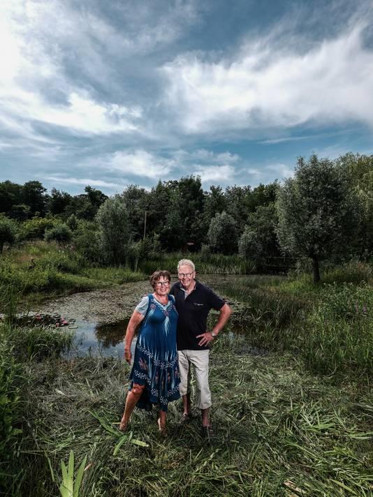 Wim en Yvonne Duitshof in hun prijswinnende tuin.