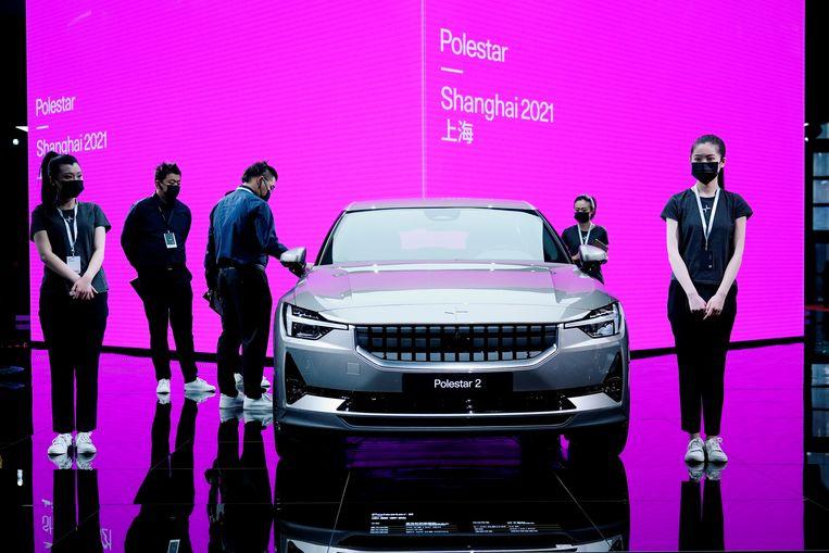 Medewerkers van de autoshow in Shanghai bij de Polestar, de Chinees-Zweedse 'Tesla-killer'. Beeld REUTERS