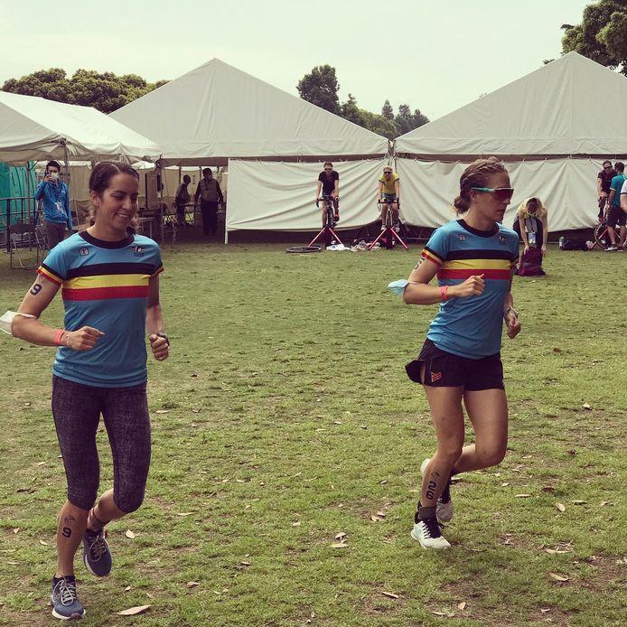 De Leuvense Valerie Barthelemy (rechts) tijdens de opwarming in Yokohama. Ze kwam met Claire Michel (links) zaterdag aan de start van de eerste wereldbekerwedstrijd van het seizoen.