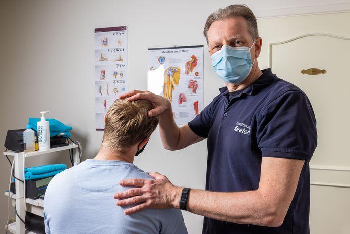 Fysiotherapeut Jos Keetels uit Drunen behandelt net als zijn collega's nogal wat mensen met thuiswerkklachten.