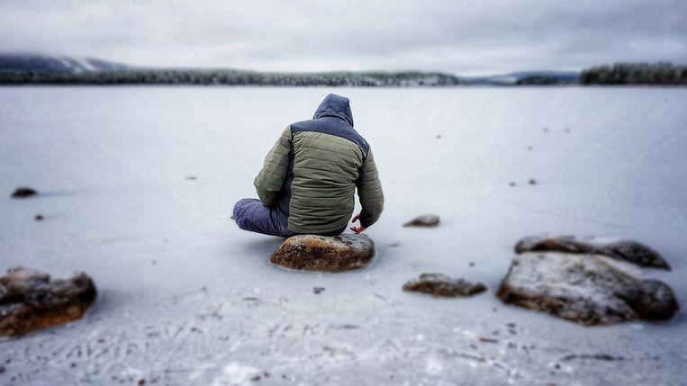 Zoon Tom in gedachten verzonken aan het meer. Beeld J Vandevoorde