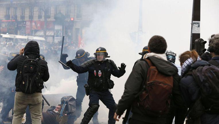 Betogers worden uit elkaar gedreven door de oproerpolitie Beeld afp